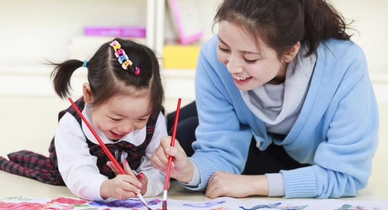 Phụ huynh có thể giúp bé làm quen với tiếng Anh qua các trò chơi sinh động